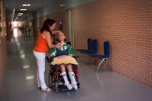 Consuelo ayuda a su hijo. // LAURA LEÓN