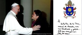 Mercedes De la Torre saludando al papa