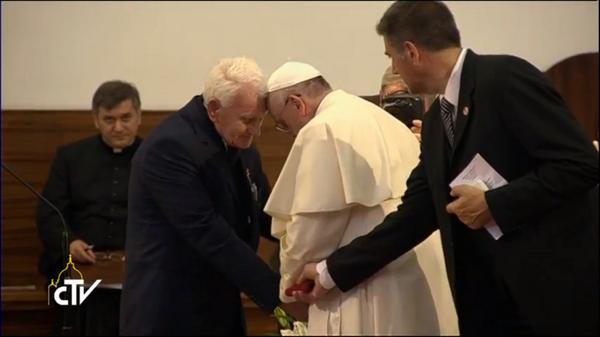 El Papa Francisco lloró hoy tras escuchar testimonio de sacerdote torturado por régimen comunista en Albania