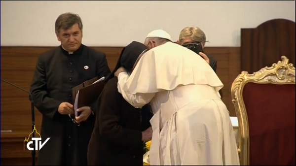 Papa Francisco visita Albania, aquí abraza a la hermana Maije, de 85 años, testimonio de persecución religiosa.