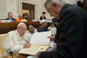 Francisco firmó la declaración para erradicar trata antes 2020. Foto: AFP