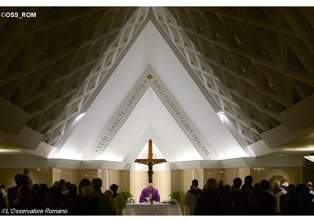 El Papa Francisco celebra la misa matutina en la capilla de la Casa de Santa Marta ante la presencia de algunos fieles - OSS_ROM
