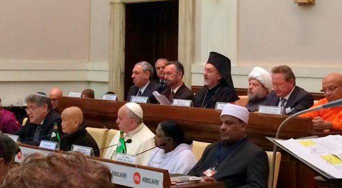 El Papa Francisco entre los líderes religiosos que firmaron la declaración contra la esclavitud esta mañana en Roma (Foto Gary Haugen/International Justice Commission)