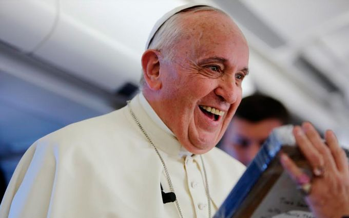 Papa Francisco recibe con emoción regalo de periodista francesa. Foto Alan Holdren / ACI Prensa