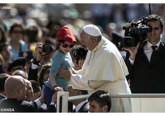 El Papa saluda a una niña durante la audiencia general en la plaza de San Pedro - ANSA