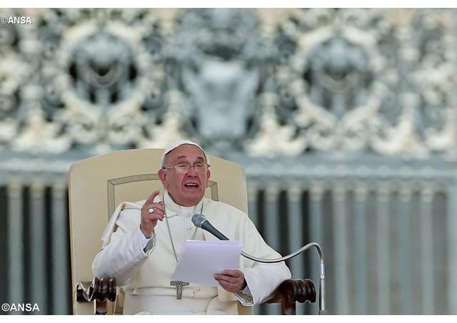 El Papa Francisco durante la audiencia general del primer miércoles de junio con miles de fieles en la Plaza de San Pedro - ANSA
