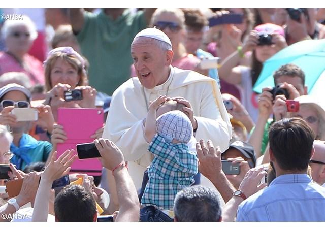 El Papa Francisco durante la audiencia general del tercer miércoles de junio con miles de fieles en la Plaza de San Pedro - ANSA