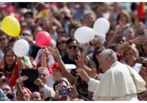 El Papa Francisco durante la audiencia general del último miércoles de junio con miles de fieles en la Plaza de San Pedro - AP
