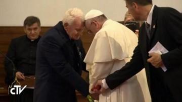 El abrazo entre Francisco y el padre Ernest (Tirana, 21 de septiembre de 2014)